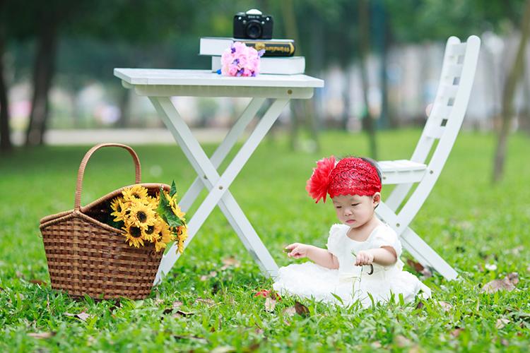 chụp ảnh ngoài trời cho bé